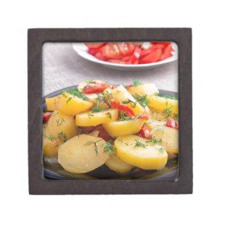 Eintopfgericht der Kartoffeln mit Zwiebel, grüner Kiste