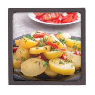 Eintopfgericht der Kartoffeln mit Zwiebel, grüner Schmuckkiste