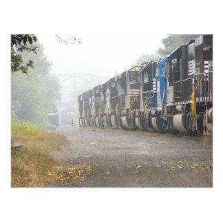 Eisenbahn-Zug-Lokomotiven im Nebel Postkarte