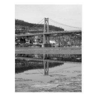 Eisige Brücken-Turm-Reflexion Postkarte