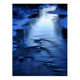 Eisiger und schneebedeckter Fluss mit Winterblau Postkarte