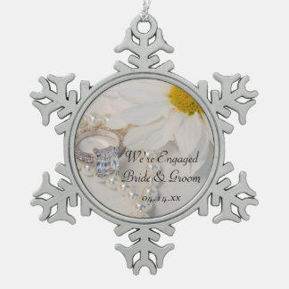 Elegante weißes Gänseblümchen-Verlobung Schneeflocken Zinn-Ornament