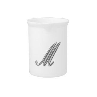 Eleganter Glasmonogramm-Buchstabe M Getränke Pitcher