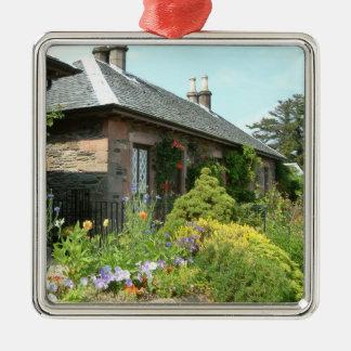 Englische Hütte II mit Blumen-Garten-Fotografie Quadratisches Silberfarbenes Ornament