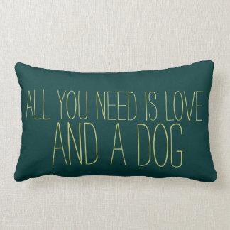 Entzückend ist aller, den Sie benötigen, Liebe und Kissen