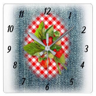 Erdbeeren, Denim und rotes Gingham-Land rustikal Quadratische Wanduhr