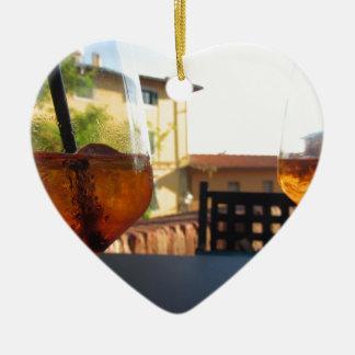 Erneuernaperitifgetränk des Sommers auf den Felsen Keramik Ornament