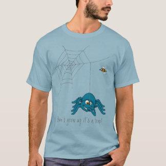 Es ist eine Blockierblaue Spinne und der Fliegen-T T-Shirt