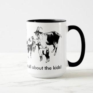 Es ist ganz über die Kinder! Ziege mit der Tasse