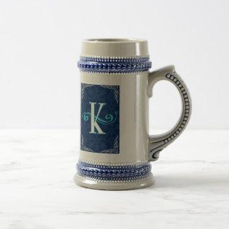 """extravaganter blauer Monogrammentwurf """"k"""" Bierglas"""