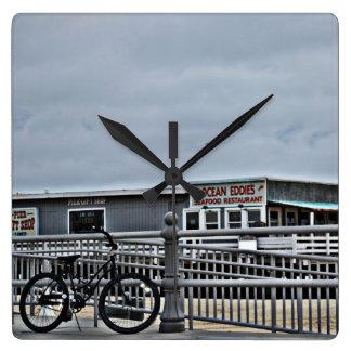 Fahrrad auf der Promenade durch Shirley Taylor Quadratische Wanduhr