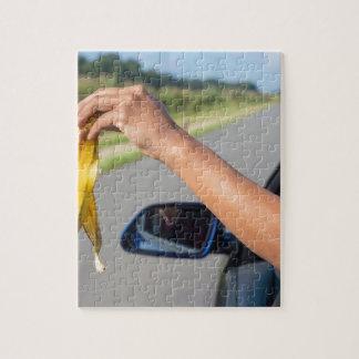 Fallende Schale des Armes des Autofensters der Puzzle