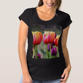 Falln Tulpen brennend Schwangerschafts T-Shirt