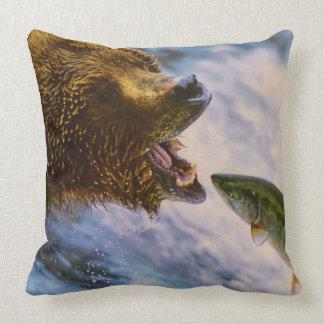 Fantastisches Grizzlybärn-Lachsbild Kissen