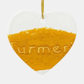 Fassen Sie die Gelbwurz ab, die in Pulver auf Keramik Ornament