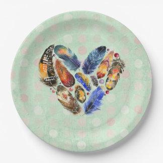 Federn in einem Herz-Form-Aquarell-Entwurf Pappteller