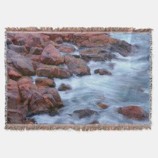 Felsige Küstenlinie mit Wasser, Kanada Decke