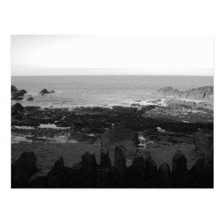 Felsiger Strand. Landschaftliche Küstenansicht. Postkarte