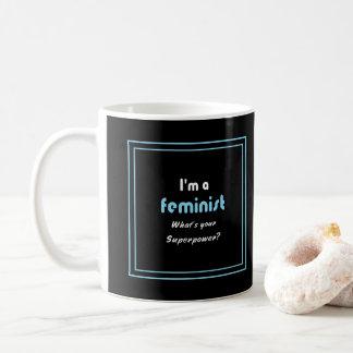 Feministisches Supermachtsloganweiß auf Schwarzem Kaffeetasse