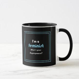 Feministisches Supermachtsloganweiß auf Schwarzem Tasse