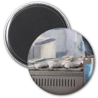 Fische mit dem Rauchauftauchen draußen grillen Runder Magnet 5,7 Cm
