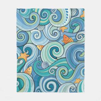 Fische unter dem Wellen-Muster Fleecedecke