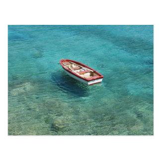 Fischerboot im klaren, bunten Wasser, Mani Postkarte