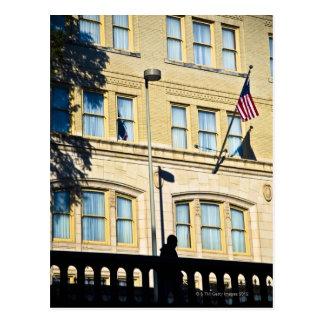 Flagge, die von einem Gebäude hängt, San Antonio, Postkarte