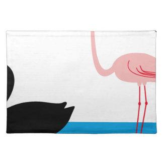 Flamingos und ein schwarzer Schwan Tischset