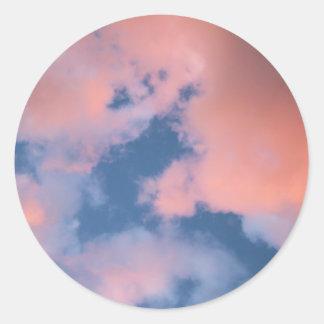 Flaumige Pfirsich-Wolken am Sonnenuntergang Runder Aufkleber