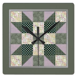 Flecken-Stern-Steppdecken-Block-Lavendel u. grünen Quadratische Wanduhr