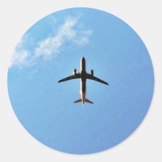 Flugzeug auf Himmel Runder Aufkleber