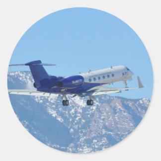Flugzeug, das am Flughafen sich entfernt Runder Aufkleber