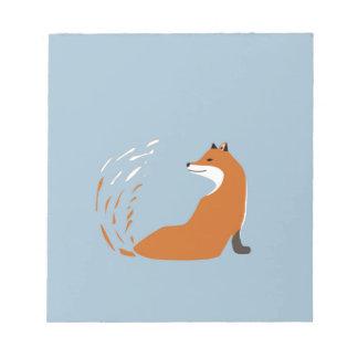 Foxy nimmt die Pose Notizblock