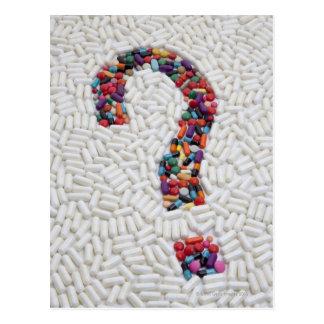 Fragezeichen der Pillen auf weißem Postkarte