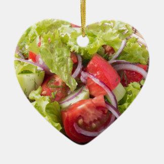Fragment des vegetarischen Salats vom Frischgemüse Keramik Herz-Ornament