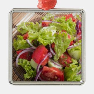 Fragment des vegetarischen Salats vom Frischgemüse Quadratisches Silberfarbenes Ornament