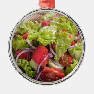 Fragment des vegetarischen Salats vom Frischgemüse Rundes Silberfarbenes Ornament