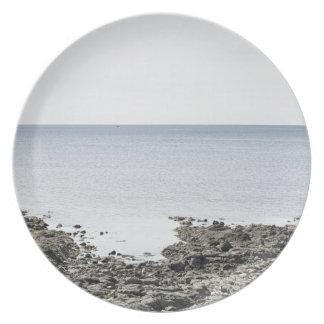 Frankreich, Bretagne, felsiger Strand und Ozean Teller