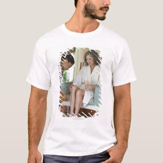 Frau, die ein footbath an einem Wellness-Center in T-Shirt