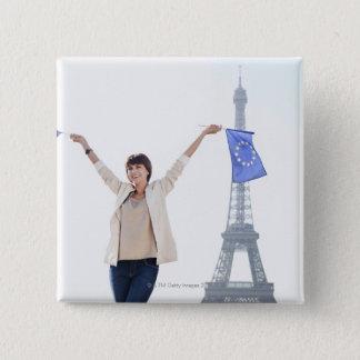 Frau, die eine europäische Gewerkschaftsflagge Quadratischer Button 5,1 Cm