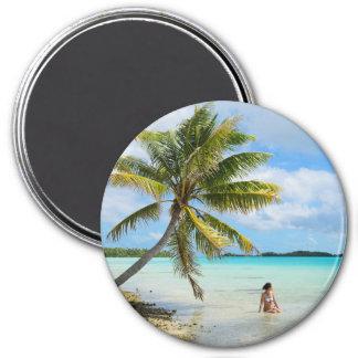 Frau unter einem runden Magneten der Palme Runder Magnet 7,6 Cm