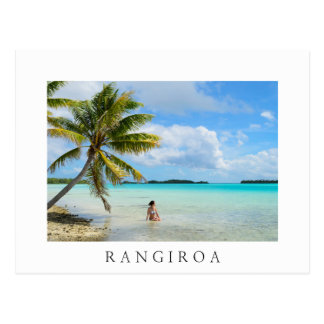 Frau unter einer Palme Rangiroa Postkarte