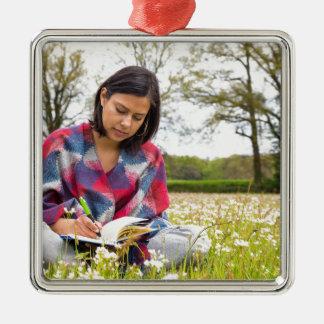 Frauenschreiben in der Wiese mit Frühlings-Blumen Quadratisches Silberfarbenes Ornament