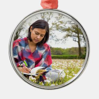 Frauenschreiben in der Wiese mit Frühlings-Blumen Rundes Silberfarbenes Ornament