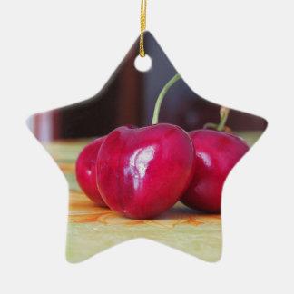 Frische Kirschen auf der Tabelle Keramik Stern-Ornament