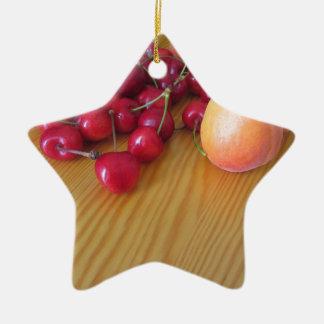 Frische Sommerfrüchte auf heller hölzerner Tabelle Keramik Stern-Ornament