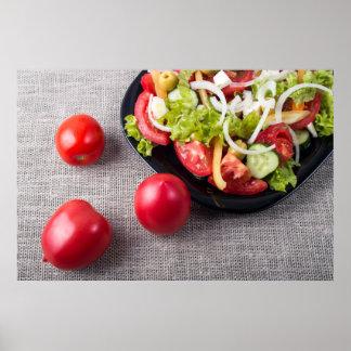 Frische Tomaten und ein Teil einer Platte mit Poster