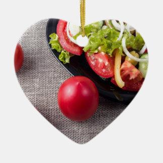 Frische Tomaten und Salat der Draufsicht der Keramik Herz-Ornament