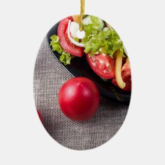 Frische Tomaten und Salat der Draufsicht der Ovales Keramik Ornament